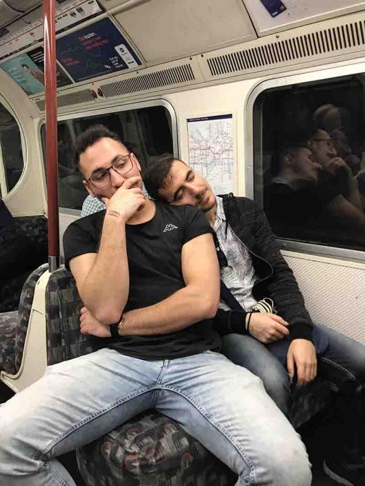 ragazzi in metropolitana
